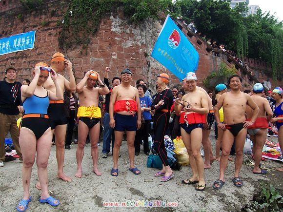 乐山漂游和水中抢鸭趣味活动